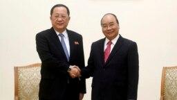 Bộ trưởng Ngoại giao Triều Tiên Ri Yong Ho trong cuộc gặp với Thủ tướng Nguyễn Xuân Phúc hôm 1/12.