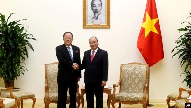 Bộ trưởng Ngoại giao Triều Tiên Ri Yong Ho gặp Thủ tướng Nguyễn Xuân Phúc hồi tháng 12 năm ngoái.