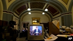 参议院记者室的电视机显示克鲁兹参议员发言进入第十个小时