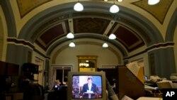 参议院记者室的电视机显示克鲁兹参议员发言进入第十个小时。