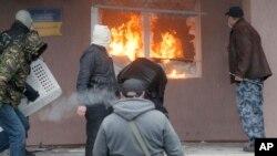 Manifestantes prorrusos toman una estación de policía en el pueblo de Horlivka, en el este de Ucrania.