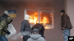 На фото : напад на міліцейську дільницю у Горлівці.