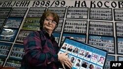 Srpkinja sa Kosova, Miljana Minić drži fotografije svog oca i brata koji su nestali tokom rata 1998 - 1999.