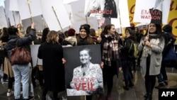 Une manifestante tient une photo de la ministre française de la Santé, Simone Veil, qui a préconisé la loi de 1975 légalisant l'avortement en France à Paris, le 8 mars 2018.