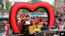 Para peserta pawai hak-hak LGBT di Amsterdam atau Amsterdam Pride Parade di Amsterdam, Belanda, 3 Agustus 2019. (Foto: AP)