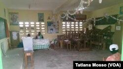 Dans les bureaux de vote de la commune de CoCody Anono, à Abidjan, peu d'électeurs à la mi-journée, Photo VOA tatiana Mosso.