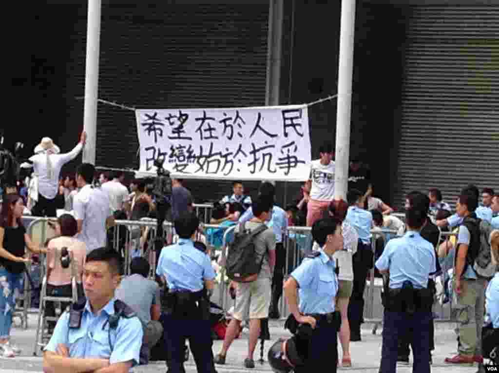 數千香港市民雲集政府總部聲援被困公民廣場學生(美國之音圖片/海彥拍攝)