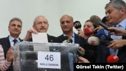 CHP Genel Başkanı Kemal Kılıçdaroğlu önseçimlerde oy kullanırken