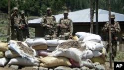 اس سال جون میں اپر دیر میں شدت پسندوں کے حملے کے بعد پاکستانی فوجی ایک چوکی کی نگرانی کررہے ہیں۔ فائل