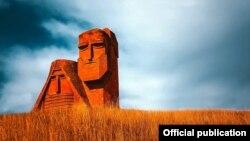 """მთიანი ყარაბაღის სიმბოლო - მონუმენტი სტეფანაკერტში """"ჩვენ და ჩვენი მთები"""""""