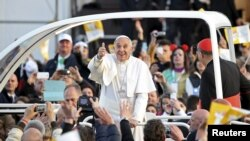 Pope Francis gestures as he leaves at the end of meeting with youths at the seafront during his pastoral visit in Naples, March 21, 2015.