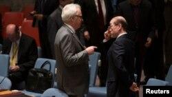 유엔 안보리 회의에서 비탈리 추르킨 유엔주재 러시아 대사(왼쪽)과 류제이 유엔주재 중국 대사가 대화하고 있다. (자료사진)