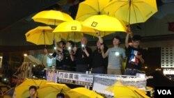 金钟占领区纪念香港占领运动满月(美国之音海彦拍摄)