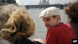 Cựu nhân viên NSA Edward Snowden đi thuyền trên sông Moscow ở Nga. Snowden kêu gọi quốc tế giúp thuyết phục Hoa Kỳ bãi bỏ vụ khởi tố ông về tội gián điệp, theo một bức thư được một nhà lập pháp Đức công bố