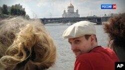 La imagen de Snowden en Rusia, con la Catedral de Cristo Salvador en el horizonte, fue tomada en el pasado mes de septiembre, pero dada a conocer recién el 1º de noviembre.