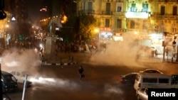 Polisi anti huru-hara Mesir menembakkan gas air mata untuk membubarkan aksi demo di lapangan Talaat Harab di pusat kota Kairo (26/11).