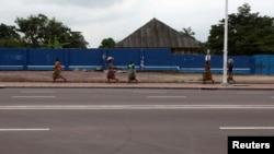 Des Congolaises marchent dans la rue à Kinshasa, en RDC, le 30 décembre 2013.