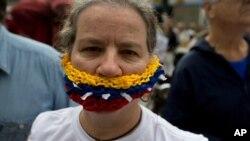 Periodistas y activistas de derechos humanos en Venezuela protestaron en el Día de la Libertad de Prensa, el martes 3 de mayo, por ataques contra reporteros y las limitaciones a la venta de papel importado para los diarios.