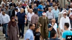 Falasdinawa suna komawa gabshin birnin Qudus bayan sallar Juma'a ta ranar Oktoba 23, 2015