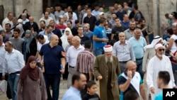 Palestinski muslimanski vernici u Starom gradu u Jerusalimu posle današnje molitve.