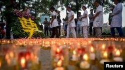 지난 18일 중국 톈진항 인근 병원에 폭발사고 희생자들을 추모하는 촛불이 놓여있다.