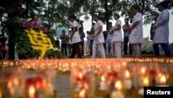 Zdravstveni radnici odaju poštu žrtvama eksplozije u Tijandjinu.