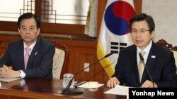황교안 한국 대통령 권한대행 국무총리(오른쪽)가 20일 정부 서울청사에서 열린 국정현안 관계장관회의에서 발언하고 있다.