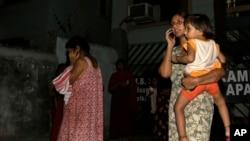 Một phụ nữ hoảng sợ nói chuyện trên điện thoại di động ở Kolkata, Ấn Độ, ngày 13 tháng 4 năm 2016.