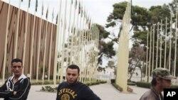 Para pemuda anggota milisi Libya berada di luar gedung parlemen di Tripoli untuk memrotes disahkannya kabinet baru Libya (1/11).