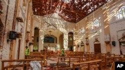 Une vue de l'église Saint-Sébastien endommagée lors d'une explosion à Negombo, au nord de Colombo, au Sri Lanka, le dimanche 21 avril 2019. (AP Photo / Chamila Karunarathne)