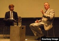 Sinh viên của Berkeley Forum điều hợp buổi thảo luận với Đại sứ Ted Osius. (ảnh Bùi Văn Phú)