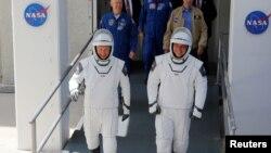 Los astronautas Doug Hurley y Bob Behnkenn se disponen a embarcar en el cohete Falcon 9, que les habría de llevar a la Estación Espacial Internacional, el pasado 30 de mayo.