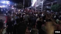 معترضان در چهارراه ولیعصر تهران شعارهای تندی علیه رهبر جمهوری اسلامی ایران سر دادند.