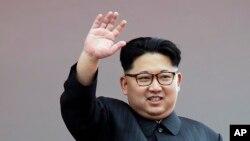 朝鲜领导人金正恩在一次仪式上挥手(资料图,2016年5月10日)