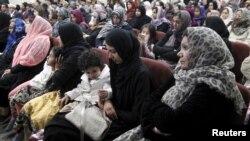 Warga Muslim AS ikut menghadiri acara doa bersama bagi korban penembakan massal dalam acara di masjid Chino, California (3/12). Di Webster, Texas umat gereja ikut menyambut saat muslim melakukan sholat Jumat di masjid.