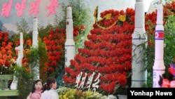지난해 김정일 국방위원장의 생일(2월16일)을 '광명성절'로 제정한 후 올해 두 번째 맞는 광명성절. 평양에서 열린 김정일화 축전에 '은하3호'와 '은하9호'의 모형이 전시돼있다.