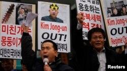 Các nhà hoạt động chống Bắc Triều Tiên hô khẩu hiệu trong một cuộc biểu tình phản đối vụ thử hạt nhân của Bình Nhưỡng gần Đại sứ quán Mỹ ở trung tâm thủ đô Seoul, ngày 12/2/2013.