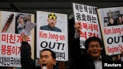 反朝鲜民间团体的活动人士2013年2月12日在首尔中区美国大使馆附近举行的抗议朝鲜进行核试验集会上高喊口号