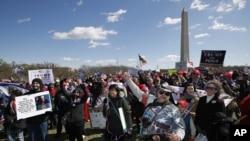 Los partidarios del presidente Donald Trump, se reúnen en el National Mall cerca del Monumento a Washington en Washington durante una manifestación organizada por el grupo de Carolina del Norte Gays for Trump, el sábado 4 de marzo de 2017.