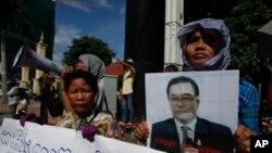 Apoiantes pedem a libertação de Hong Sok Hour.