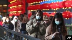 人们戴着口罩在台湾台北的一家购物中心散步。(2020年1月31日)