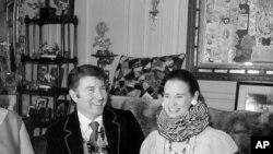 Vajat Kuper, njujošrki izdavač i Glorija Vanderbilt u svom stanu u Njujorku. 6. januara 1970.