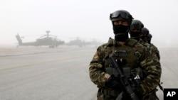 Militer Yunani dan AS mengadakan latihan bersama di Stefanovikio, Yunani, Rabu (19/2).