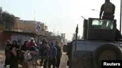 Warga distrik al-Zuhoor, Mosul, mengungsi untuk menghindari pertempuran antara pasukan Irak dan militan ISIS (8/1).