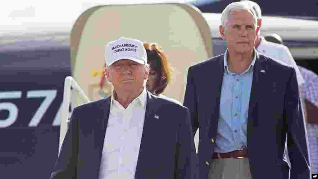 Le candidat républicain Donald Trump et son colistier, Mike Pence, descendent de l'avion, Baton Rouge, Louisiane, le 19 août 2016.