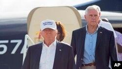 Le candidat républicain Donald Trump et son colistier, Mike Pence, descendent de l'avion, Baton Rouge, Louisiane, le 19 août 2016