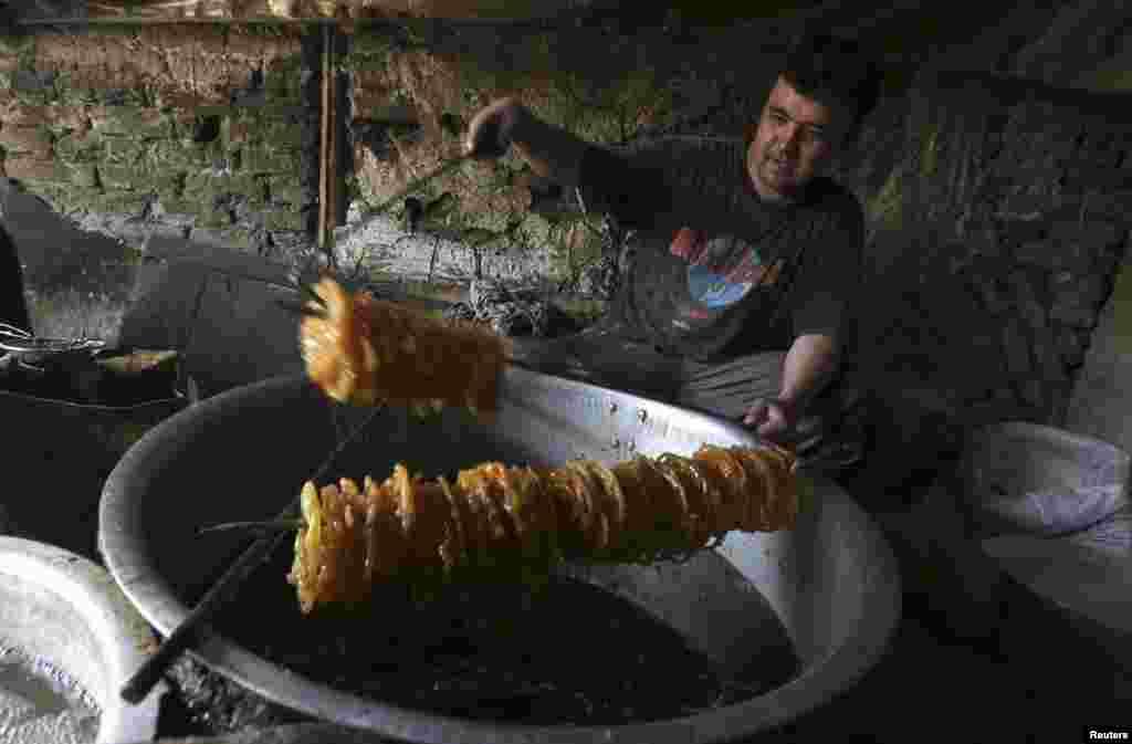 Món kẹo đặc biệt được làm trong một nhà máy truyền thống trước mùa lễ Ramadan ở Kabul, Afghanistan, 8 tháng 7, 2013.