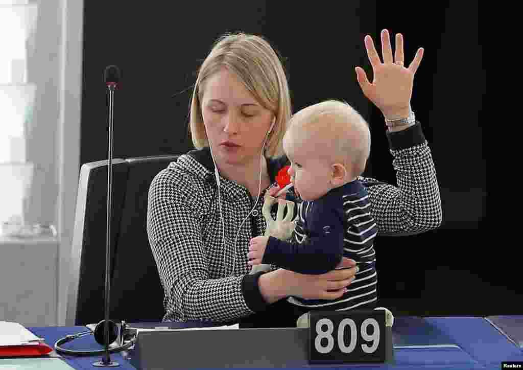 یک عضو سوئدی پارلمان اروپا، بچه کوچک خود را در جلسه رای گیری آورد. استراسبورگ، فرانسه.