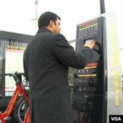 Menyewa sepeda cukup mudah, dengan menggunakan kartu kredit anda bisa memilih sepeda yang akan digunakan (foto:dok).
