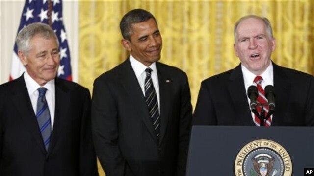 Presiden Barack Obama (tengah) saat memperkenalkan Chuck Hagel (kiri) dan John Brennan, masing-masing untuk nominasi sebagai Menhan AS dan Direktur CIA, Senin (7/1).